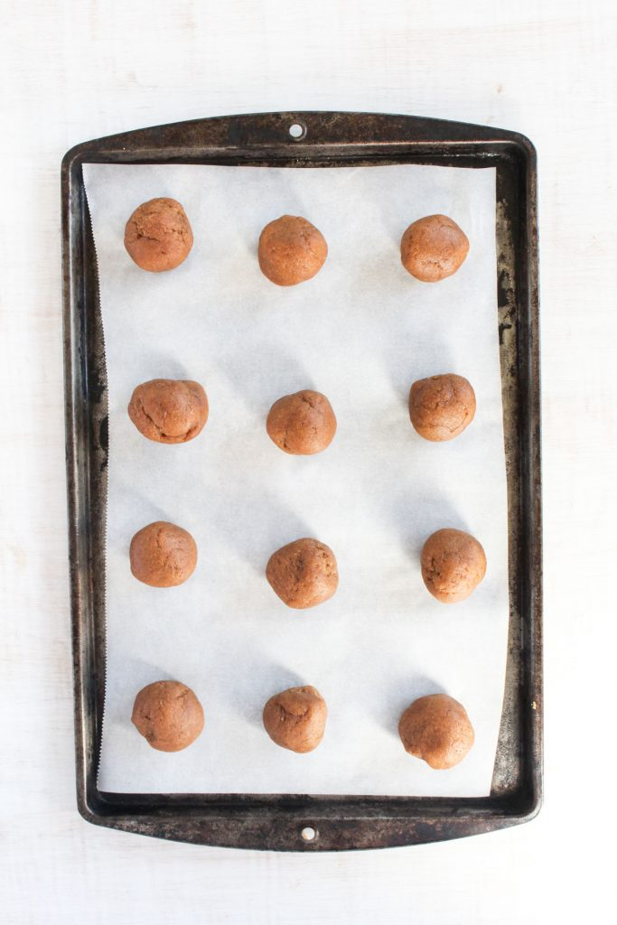 Cookies rolled into balls on baking sheet.